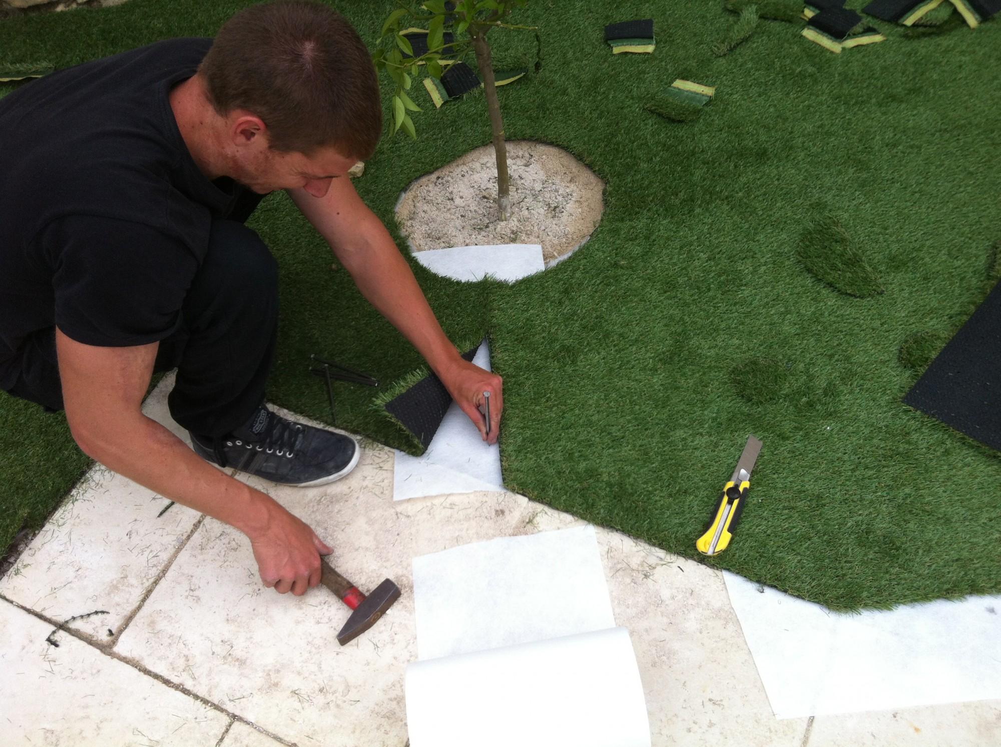 Cloutage de la périphérie lors de l'installation d'une pelouse synthétique à Marseille