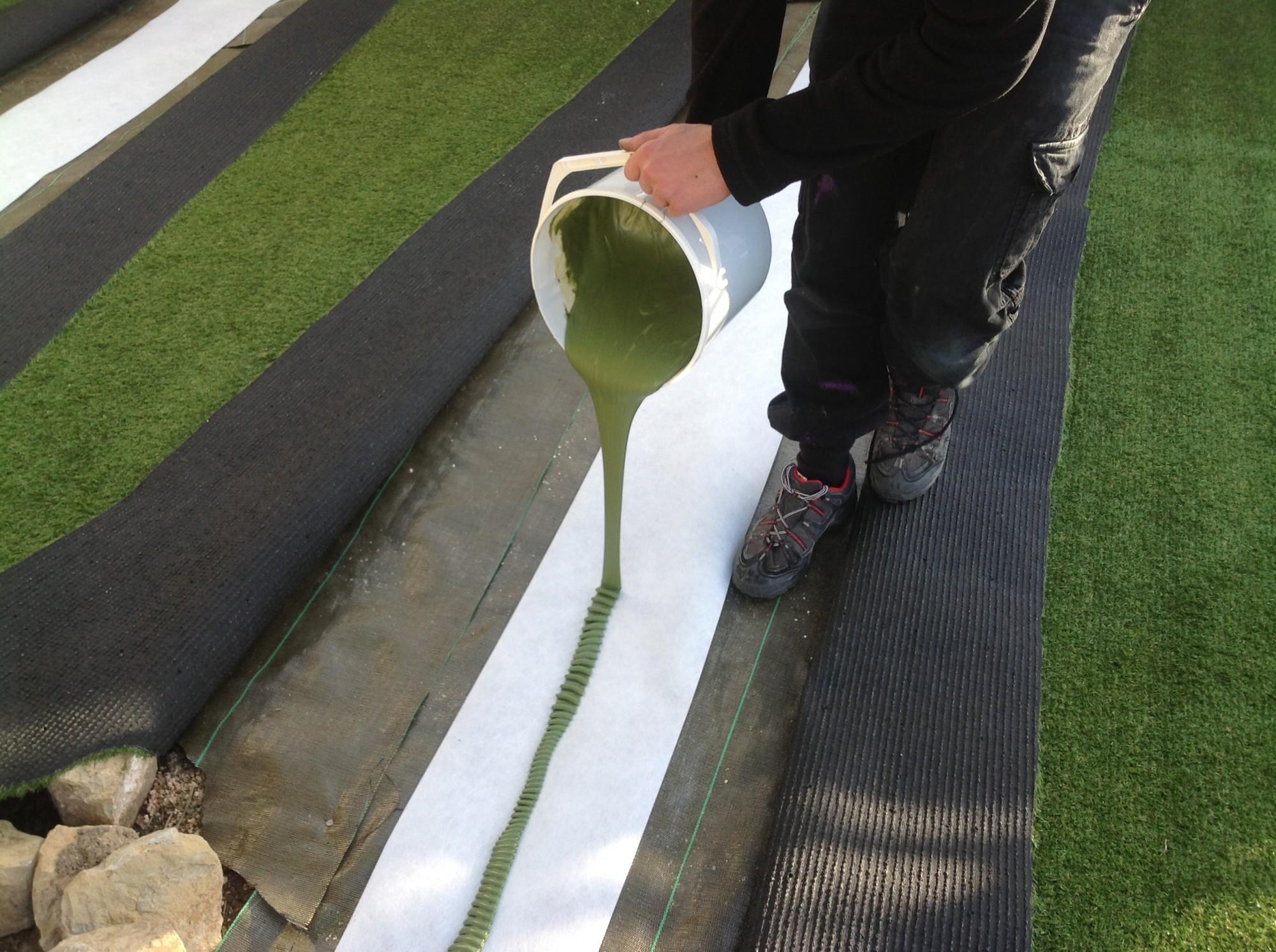 Encollage de la pelouse artificielle à Toulon