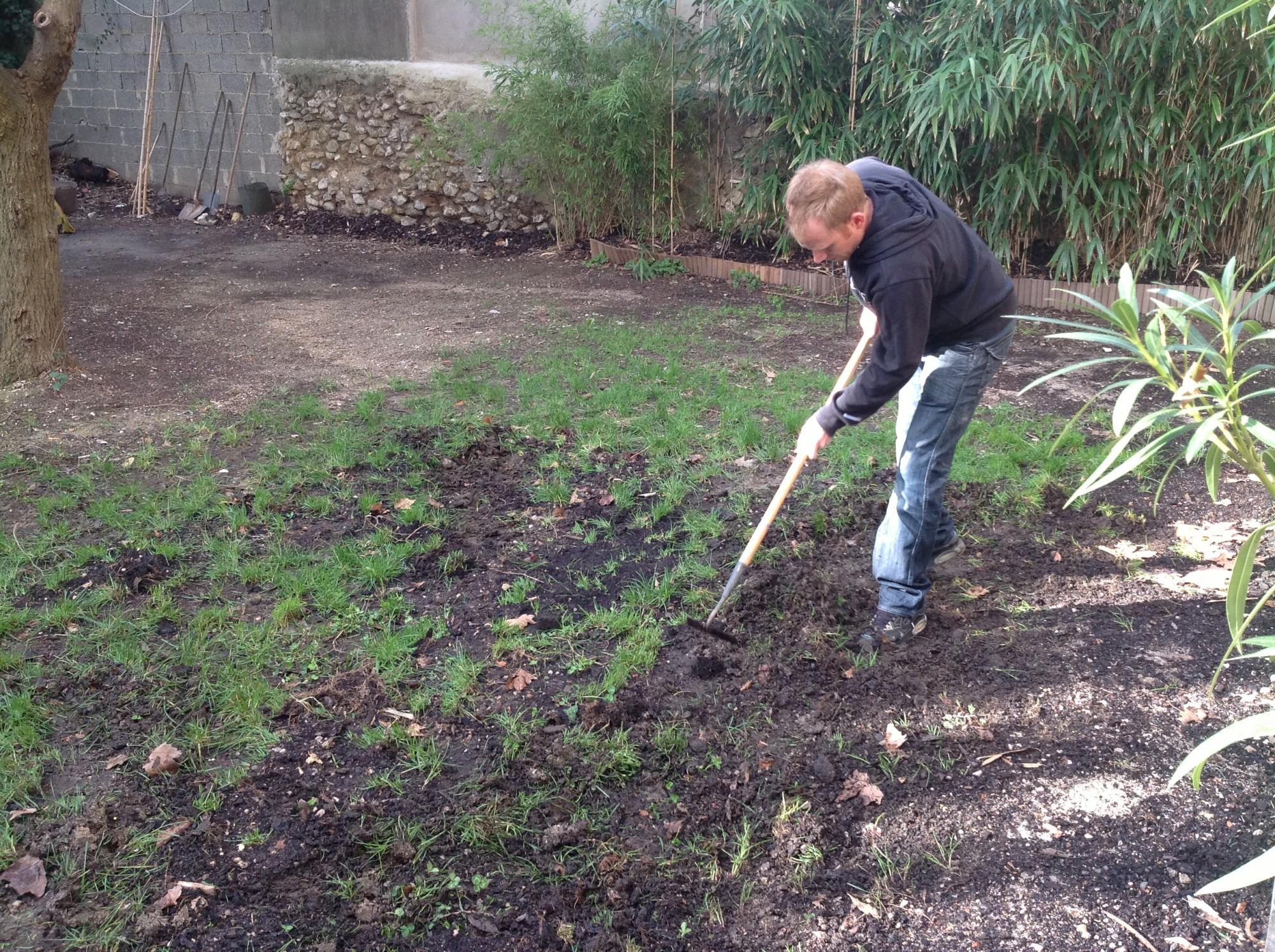 Préparation du sol avec l'installation d'un gazon synthétique pour jardin à Aix en Provence
