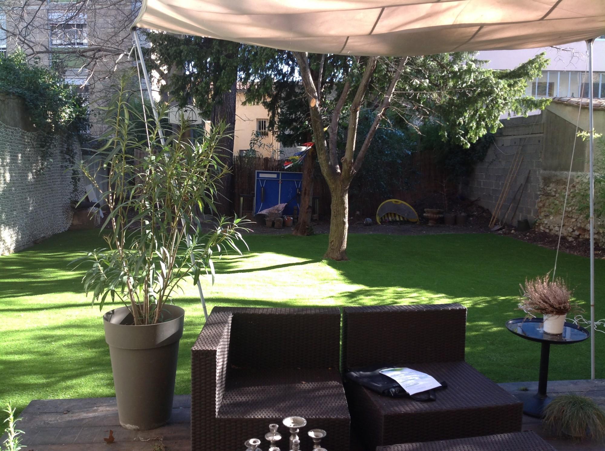 Pose d'une pelouse artificielle dans le centre ville d'Aix en Provence