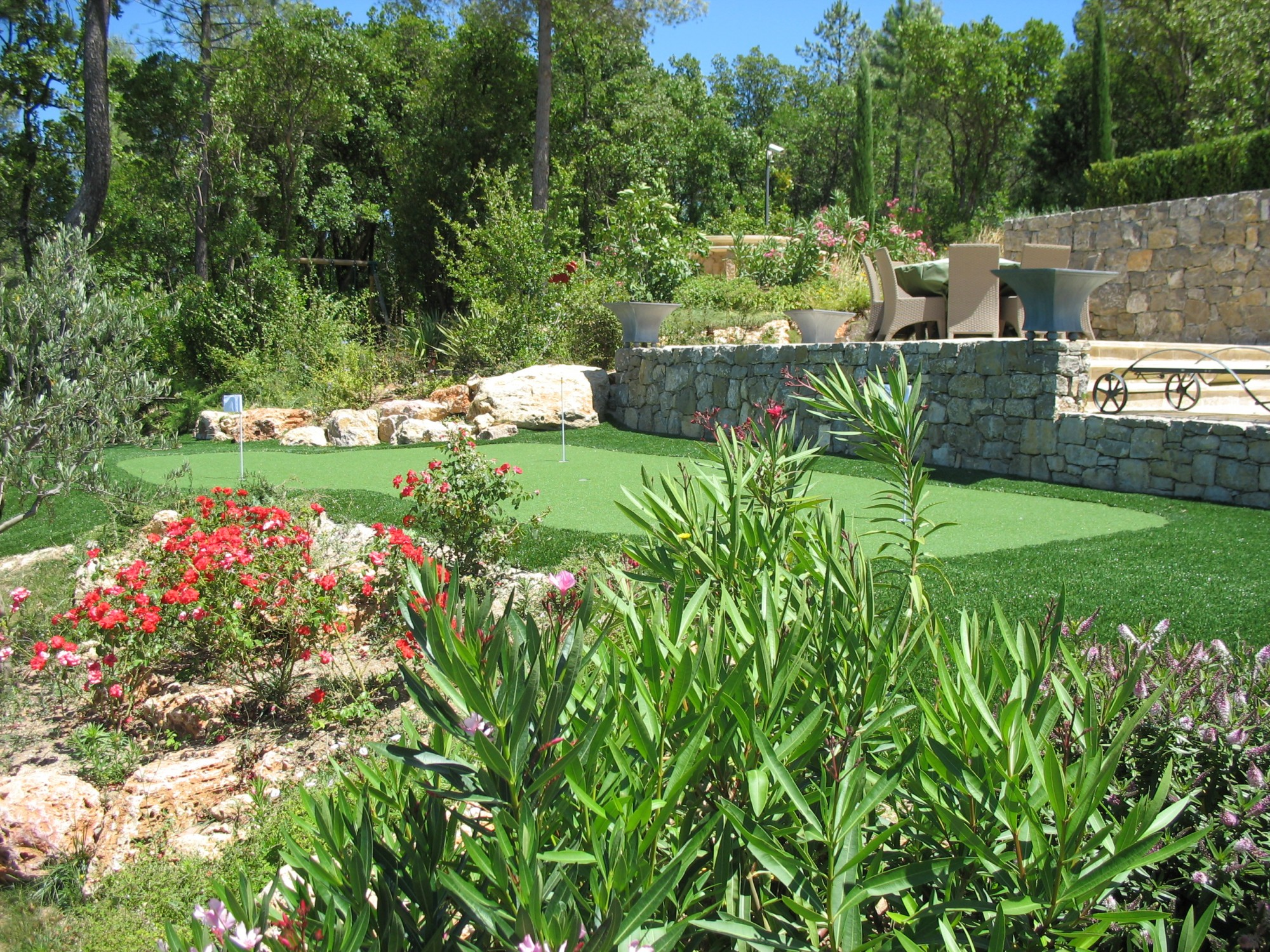 pose pelouse synthtique sur terre with pose pelouse. Black Bedroom Furniture Sets. Home Design Ideas