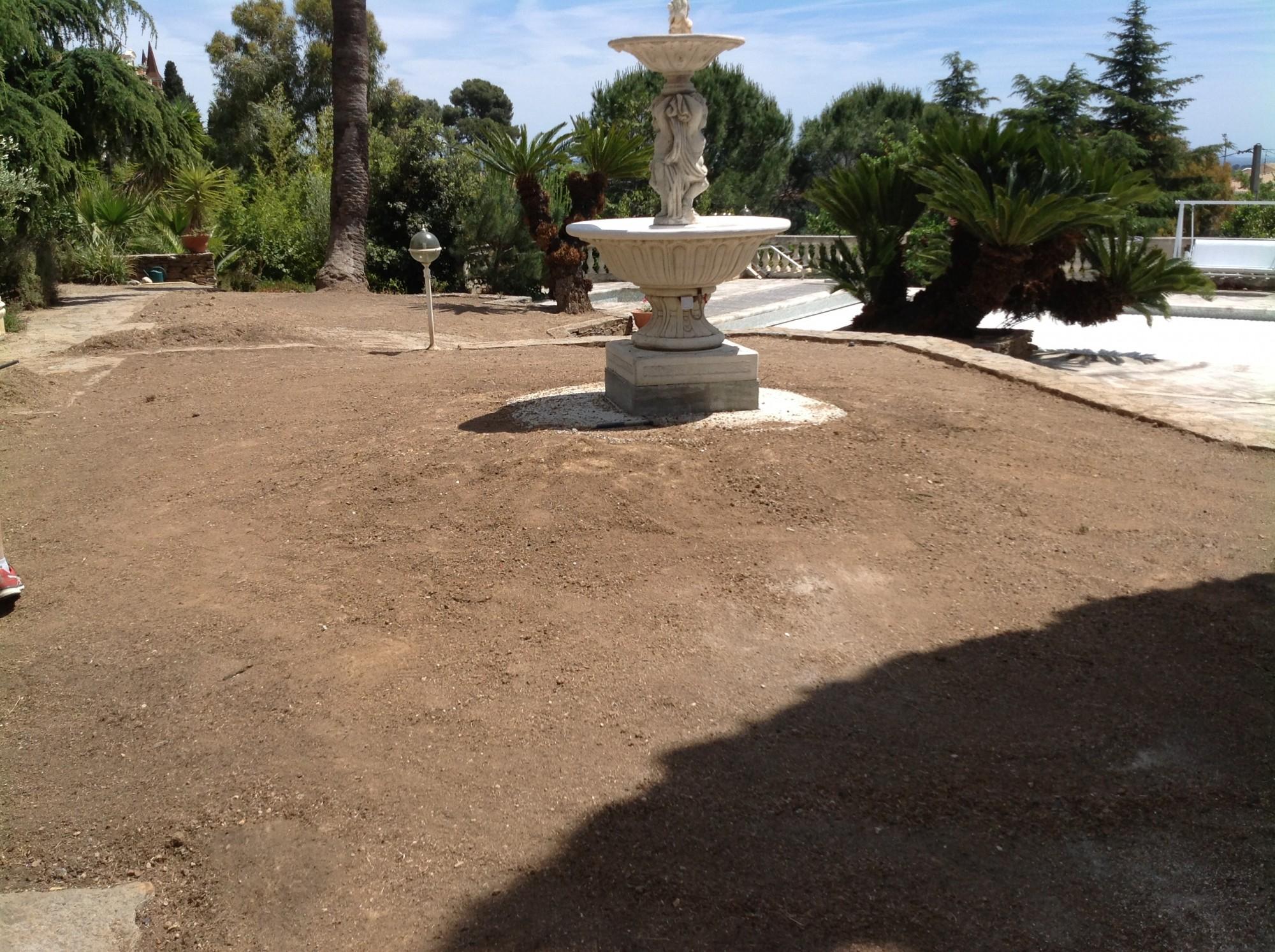 Terrain avant la l'installation d'une pelouse artificielle à Hyères