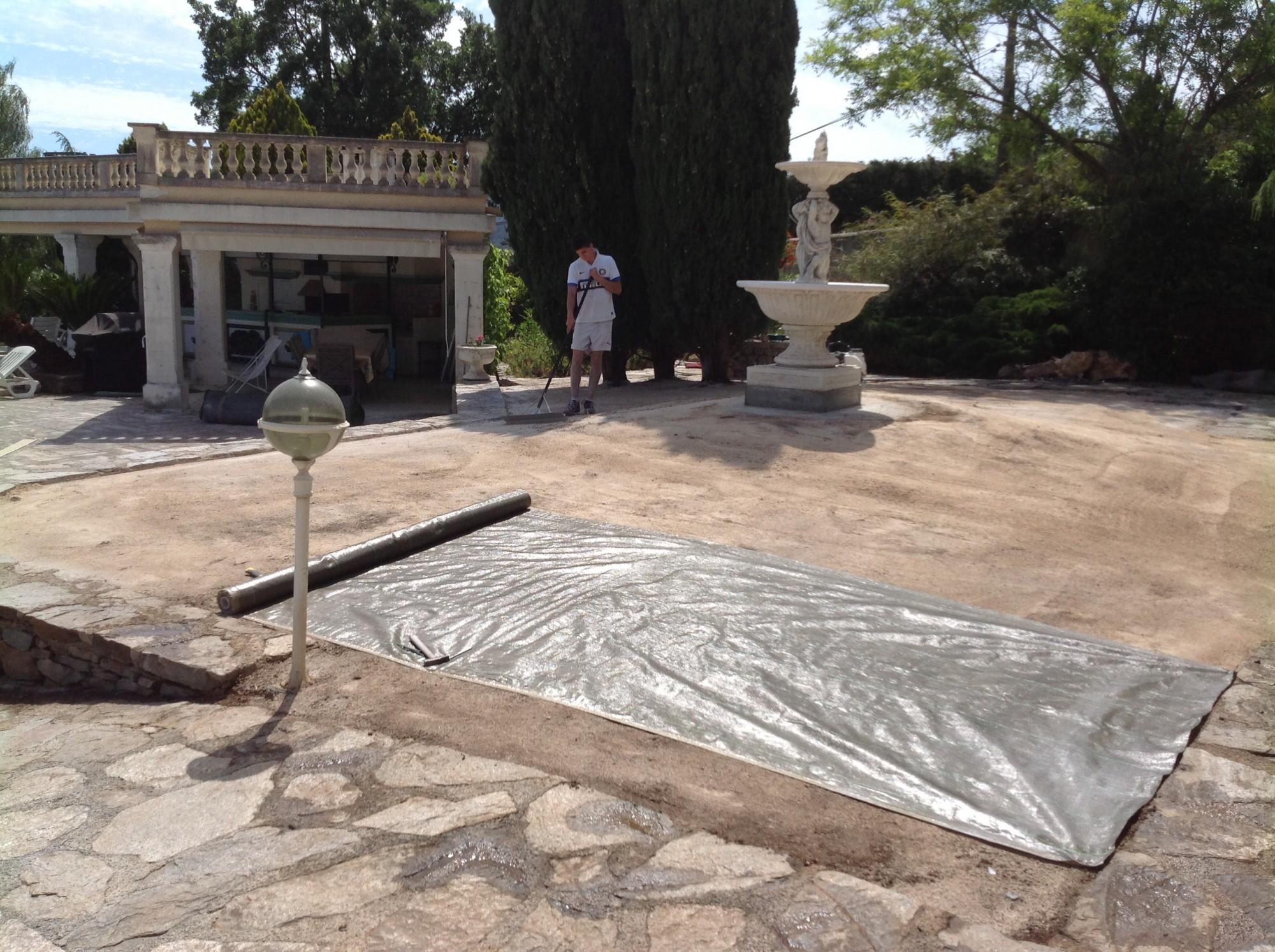 Préparation du sol lors d'une pose d'une pelouse synthétique à Hyères