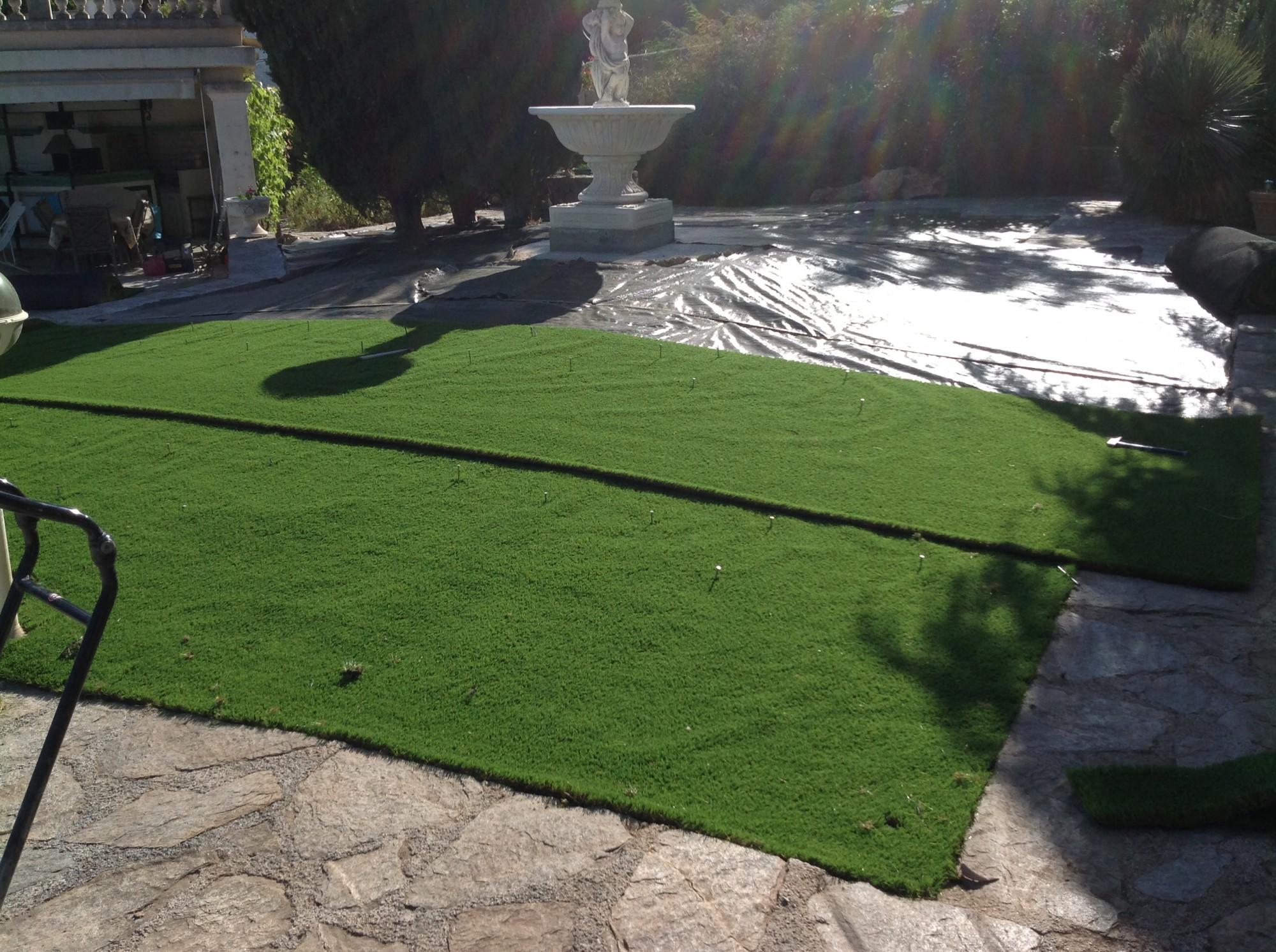 Installation dans un jardin d'un gazon synthétique à mémoire de forme à Hyères