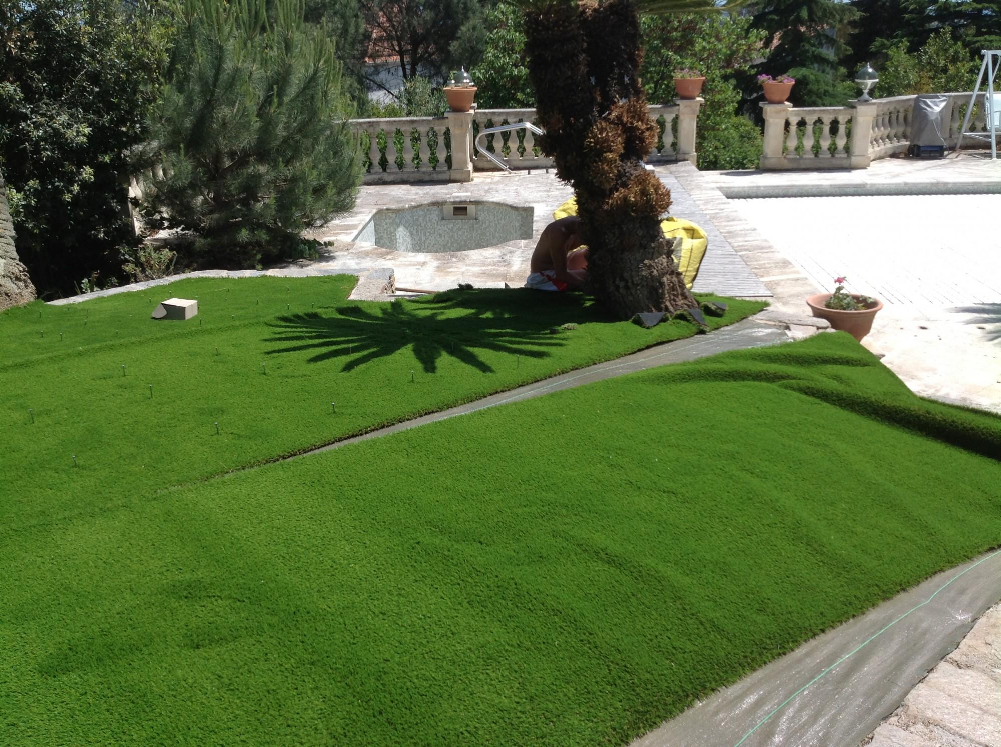 pose des lés de pelouses synthétiques à Hyères