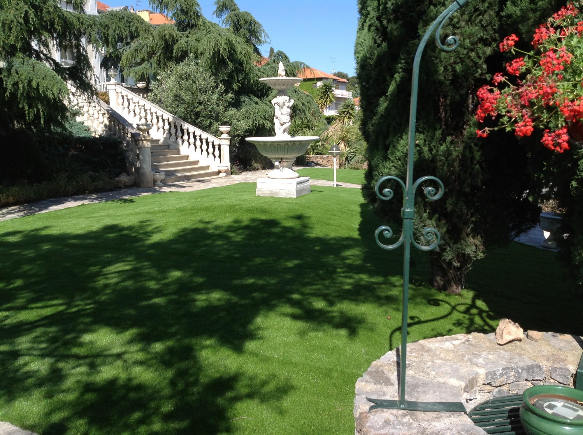 installation d'un gazon synthétique à Hyères dans un jardin