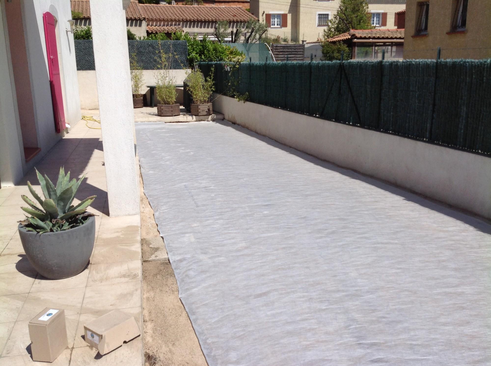 Mise en place d'un géotextile dans un jardin à Marseille