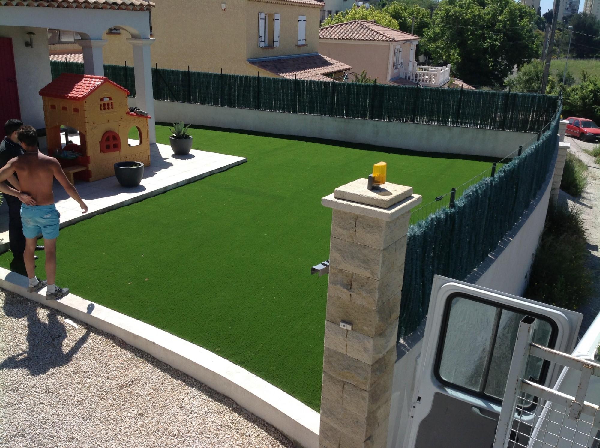 Pose d'une pelouse synthétique à Marseille