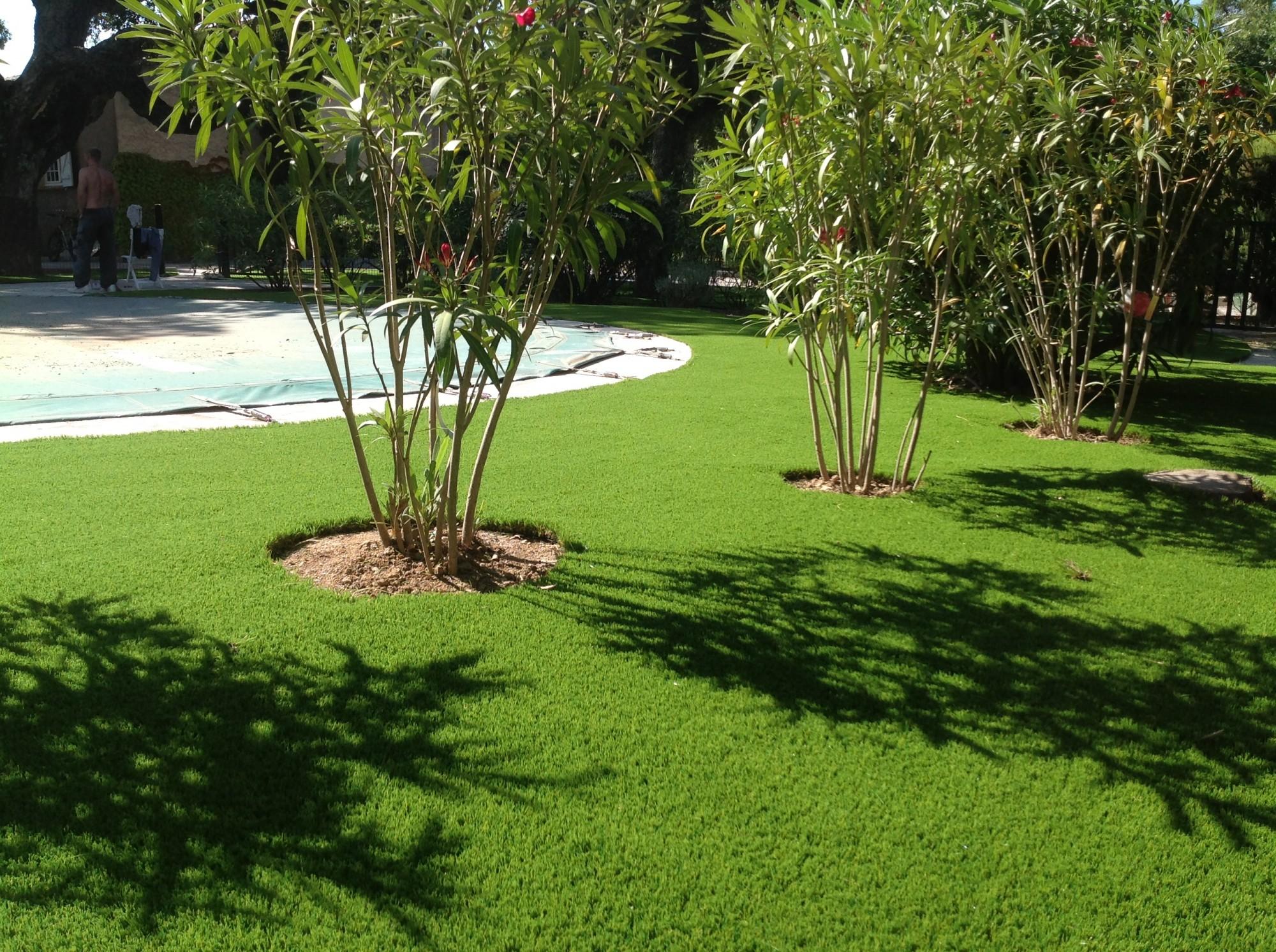 Pose de 250 m de gazon synth tique pour jardin grimaud dans le var la pose gazon synth tique for Ecran de jardin synthetique