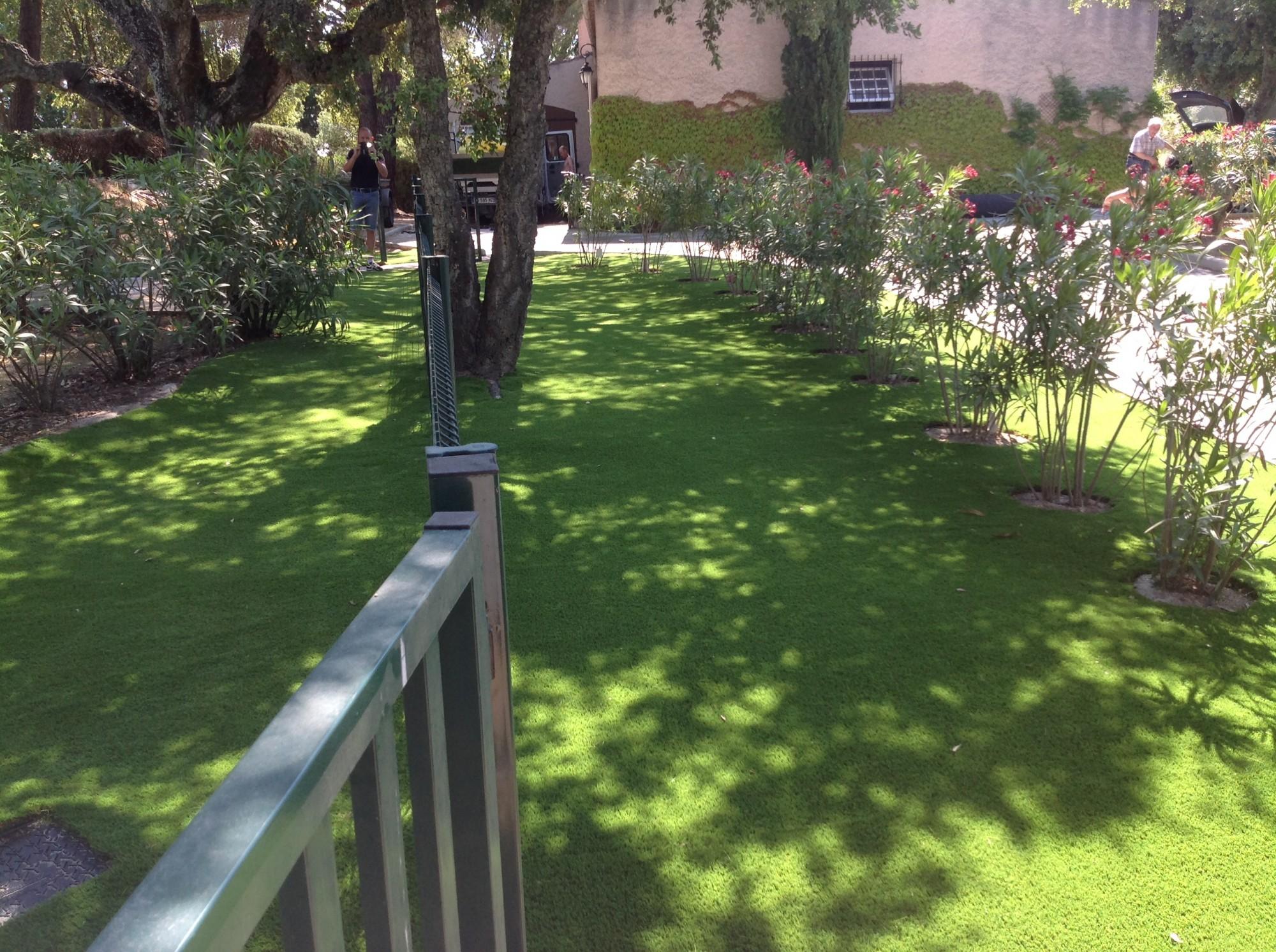 Installation d'un gazon artificiel à Grimaud dans un jardin