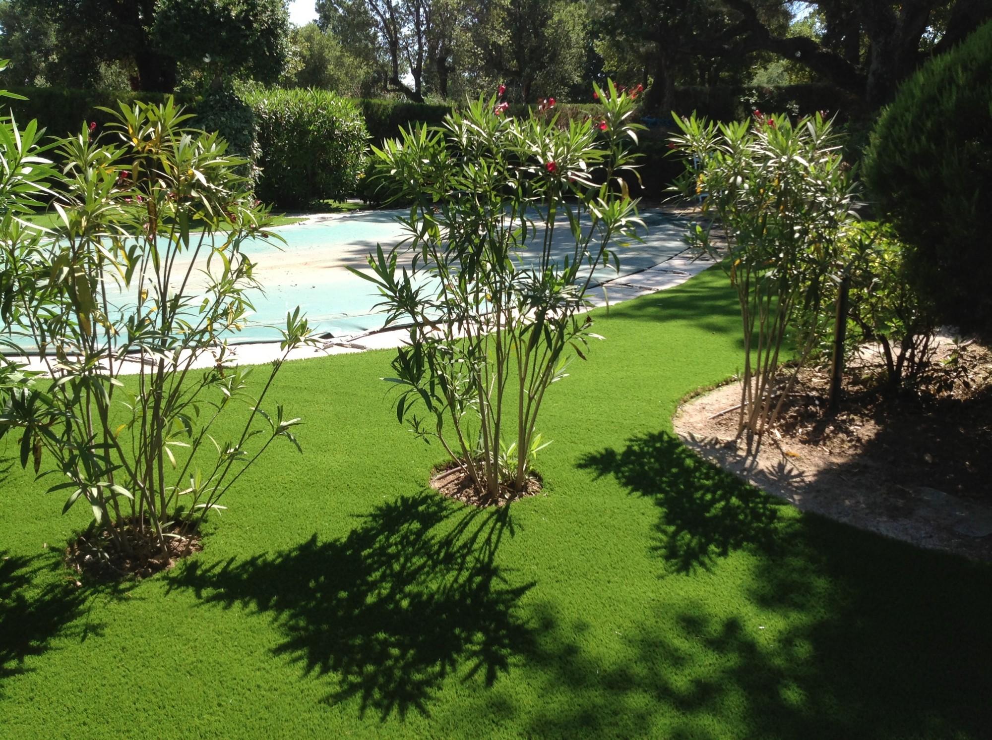 Entourage de piscine en gazon synthétique à Grimaud