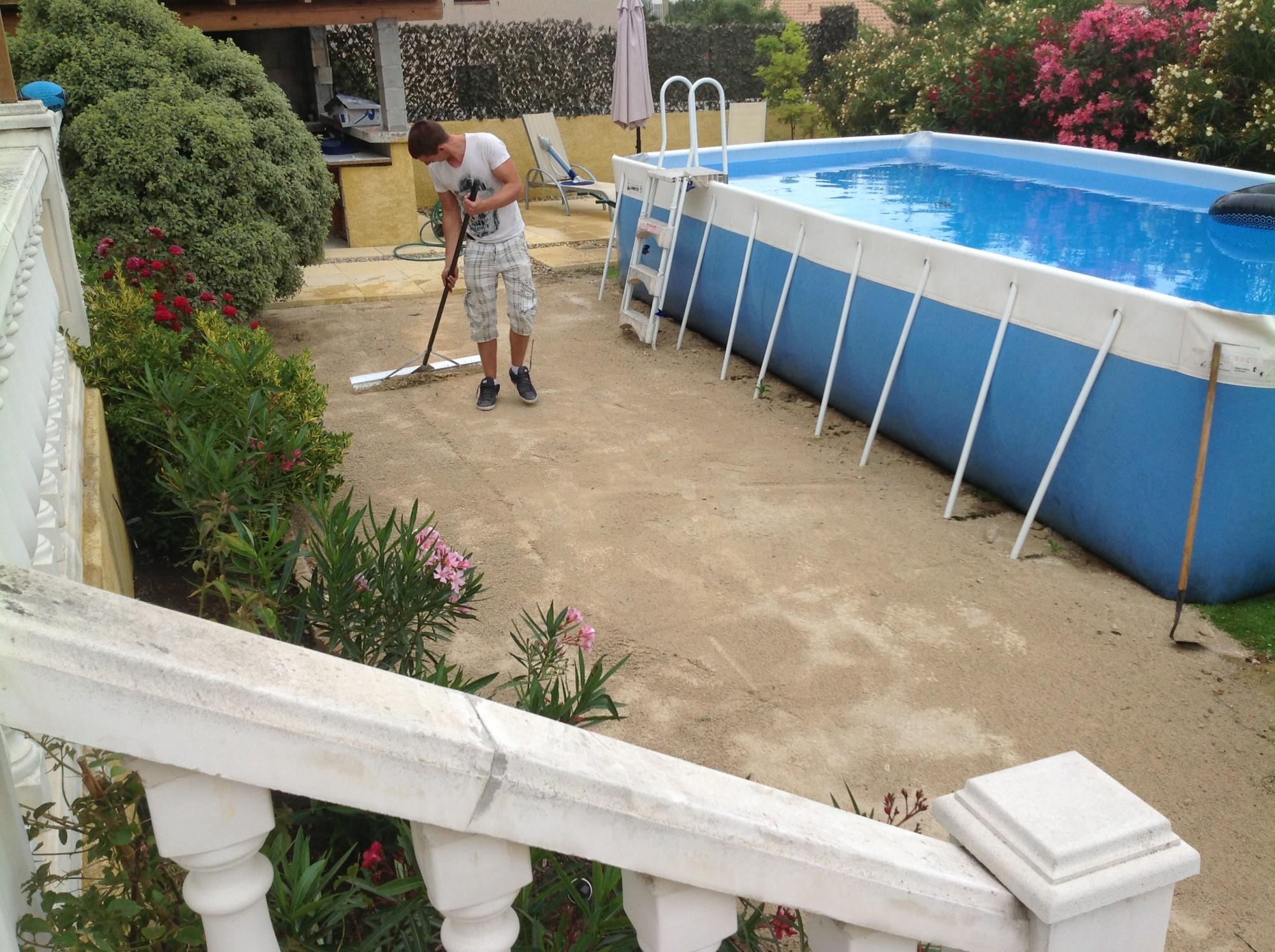 Pose d 39 un gazon synth tique cannes pr s d 39 une piscine la pose gazon synth tique gazon et - Niveler un terrain pour pelouse ...
