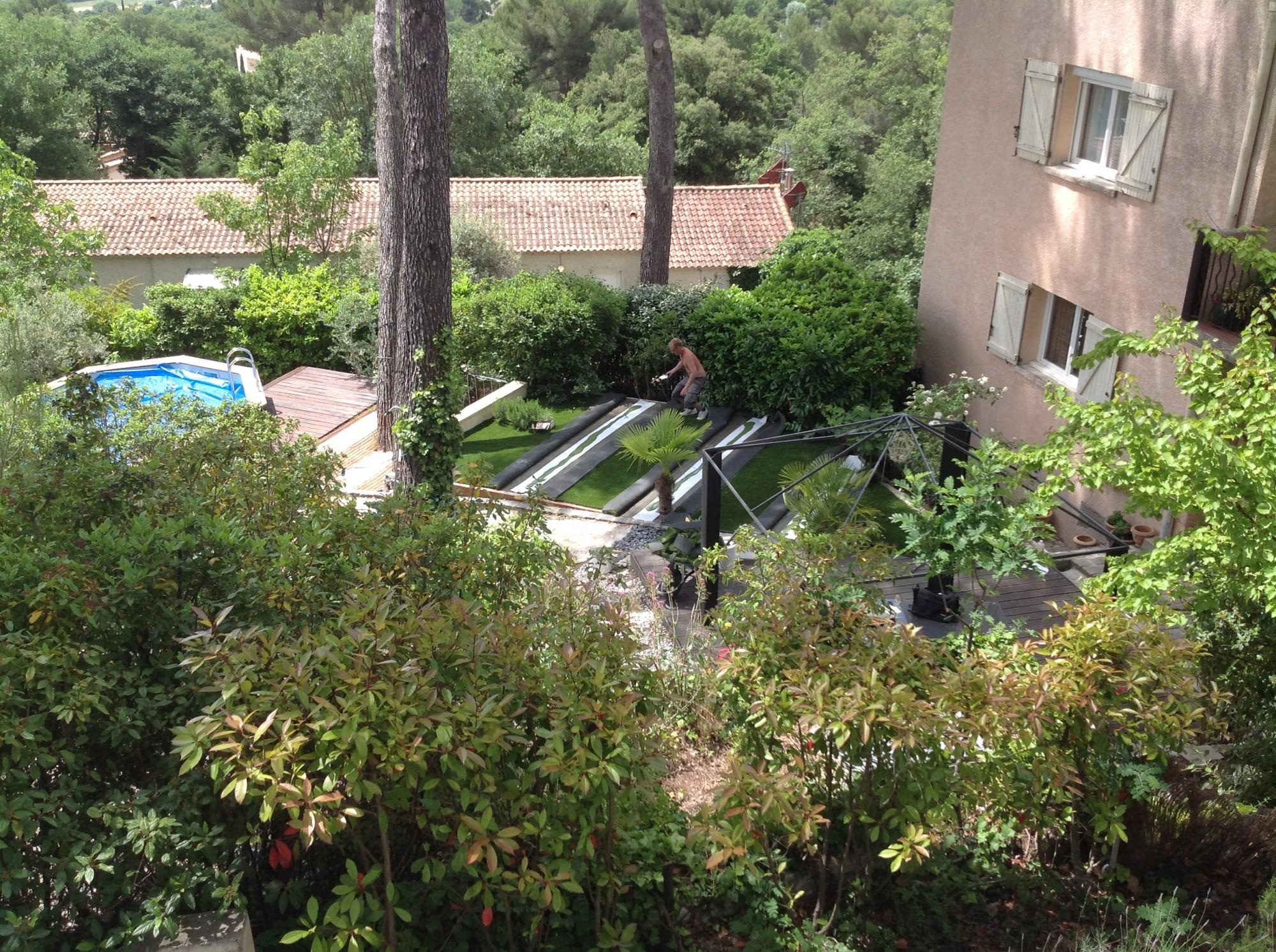 Pose d'une pelouse synthétique à Eguilles dans un jardin