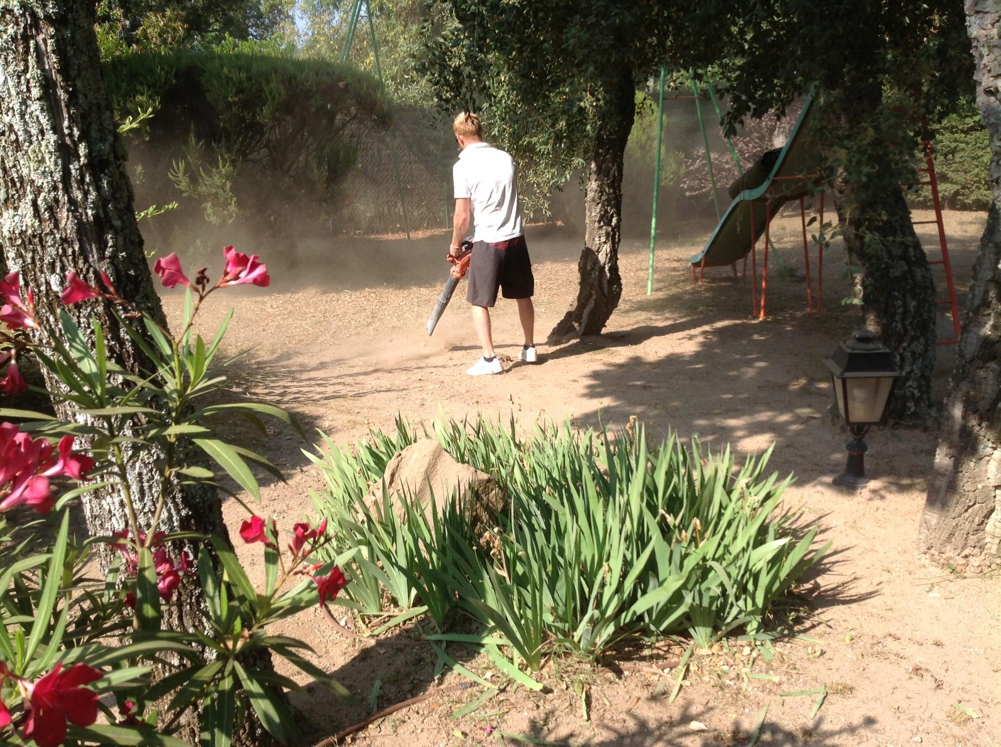 Préparation du sol avant la pose d'un gazon synthétique à Hyères