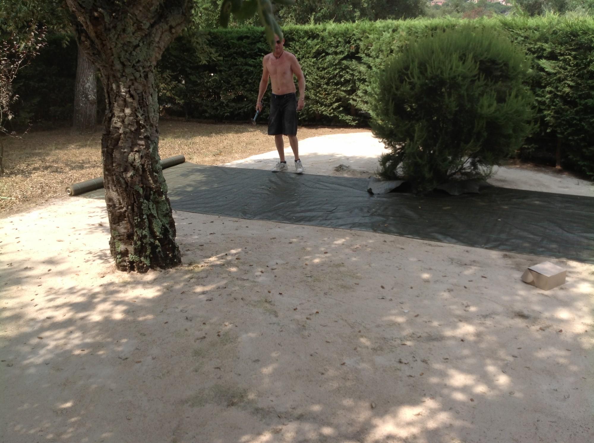 Préparation de sol avant l'installation d'un gazon synthétique à Hyères