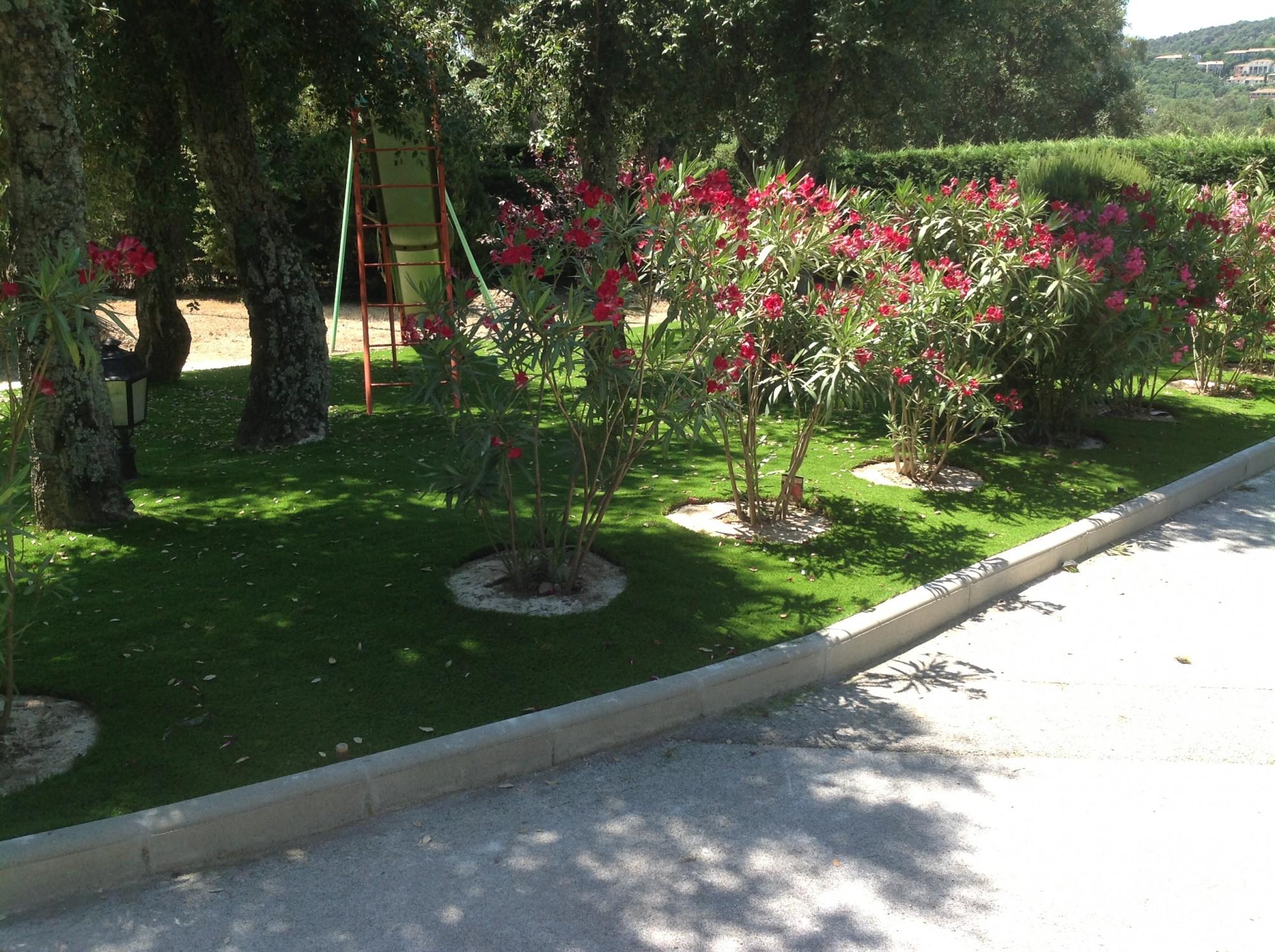 Pose d'un gazon artificiel dans un jardin à Hyères