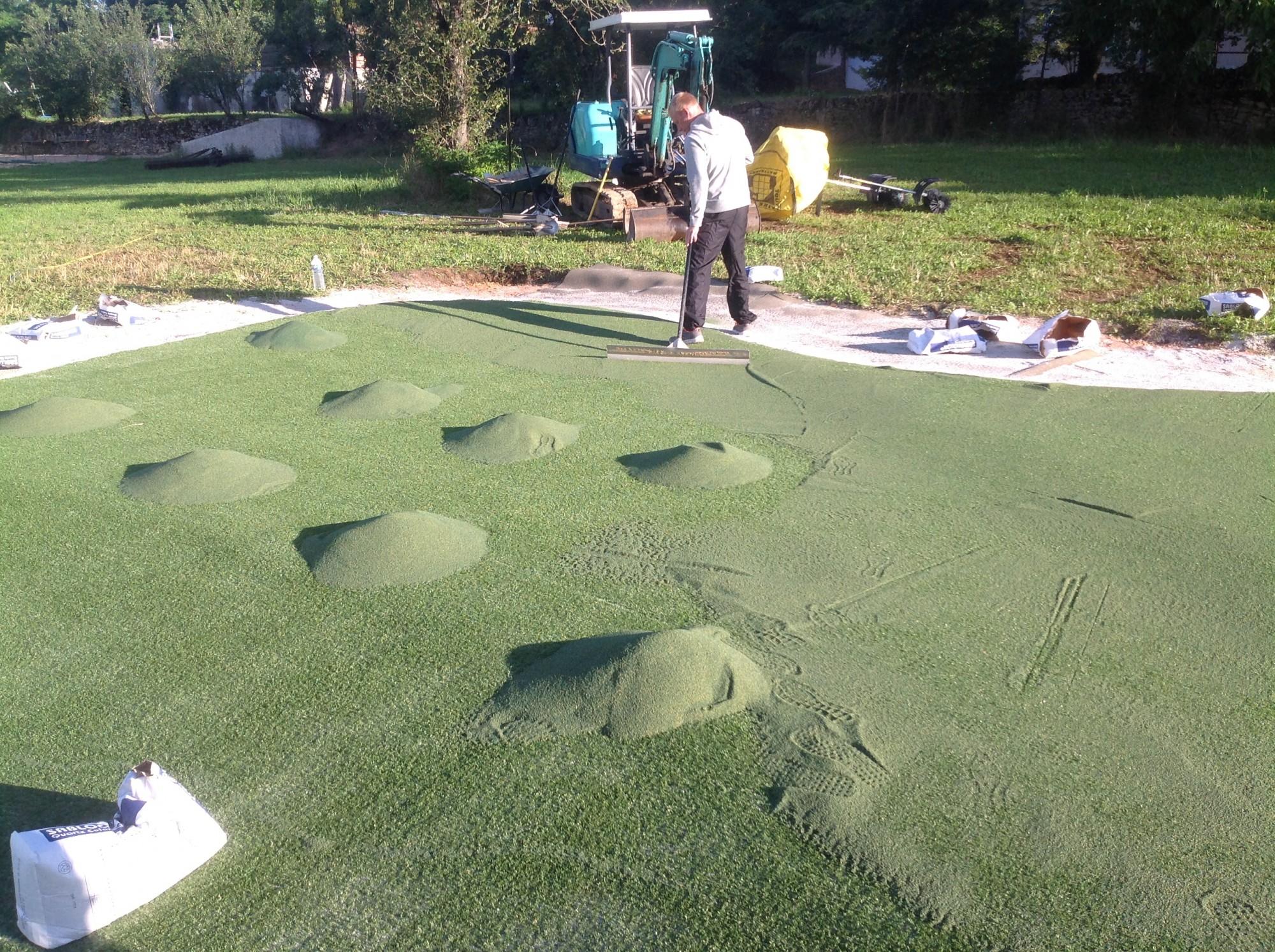 Installation d 39 un putting green synth tique figeac dans le lot gazon et pelouse synth tiques - Niveler un terrain pour pelouse ...