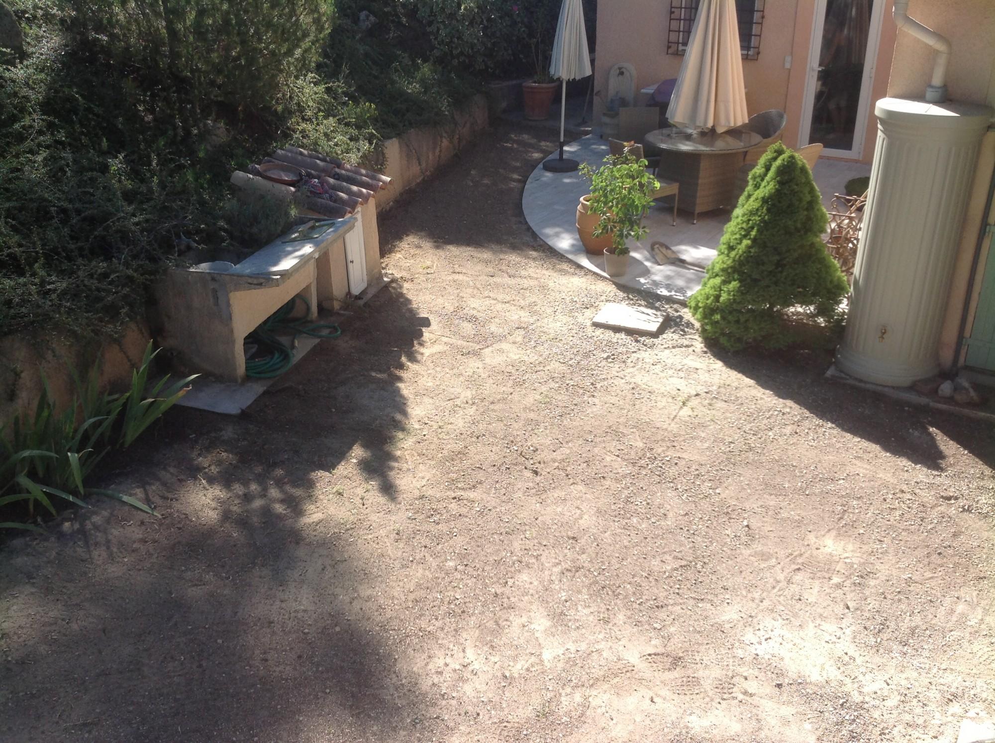 Pose d'une pelouse synthétique pour jardin à Montpellier