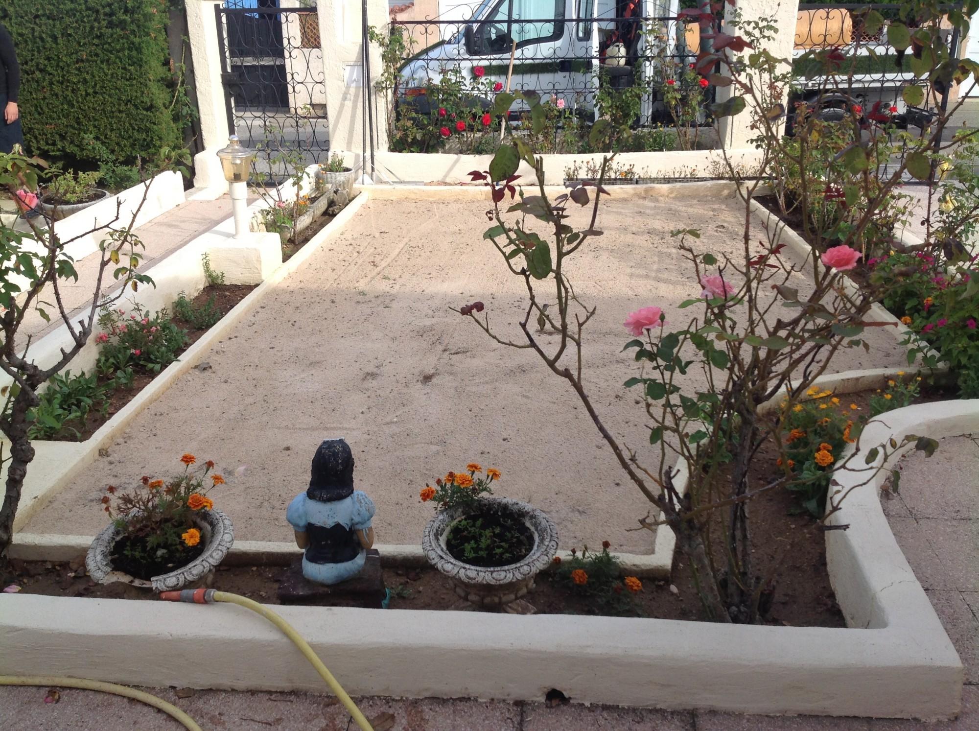 Préparation du sol avant la pose du gazon synthétique à Montpellier
