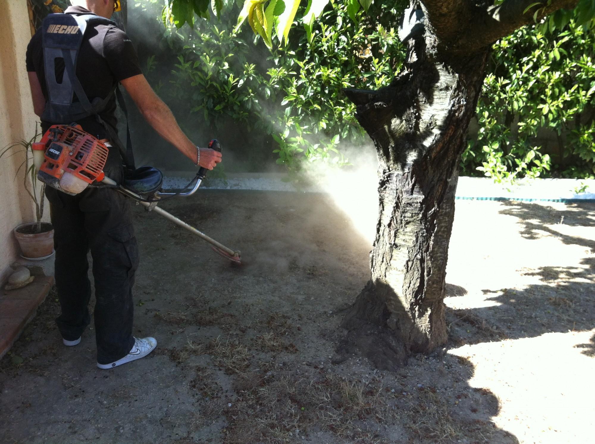 Débroussaillage de la surface avant la pose du gazon artificiel à Sainte Maxime