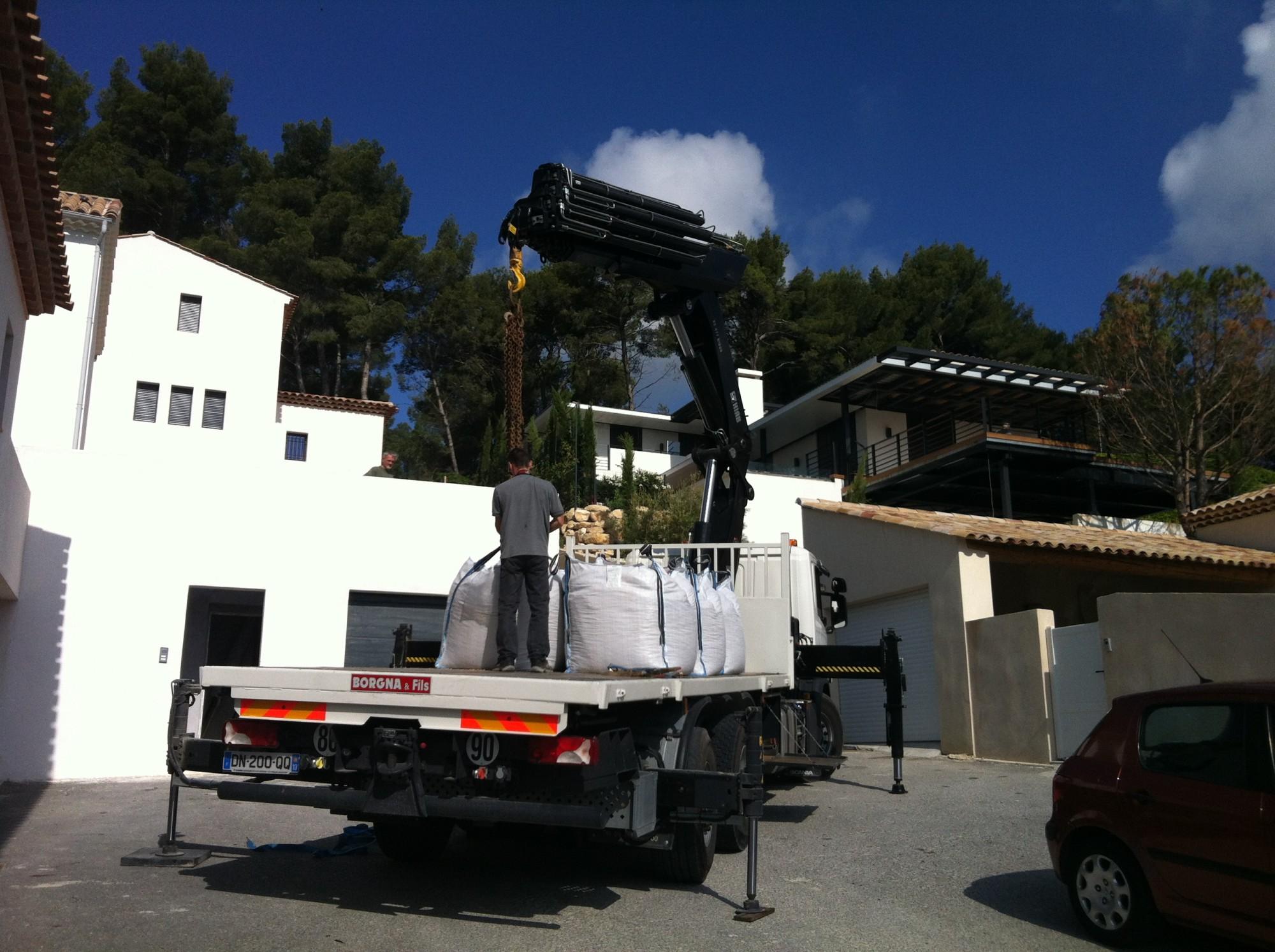 Arrivage du tout venant en big bag pour la pose d'une pelouse artificielle à Aix en Provence