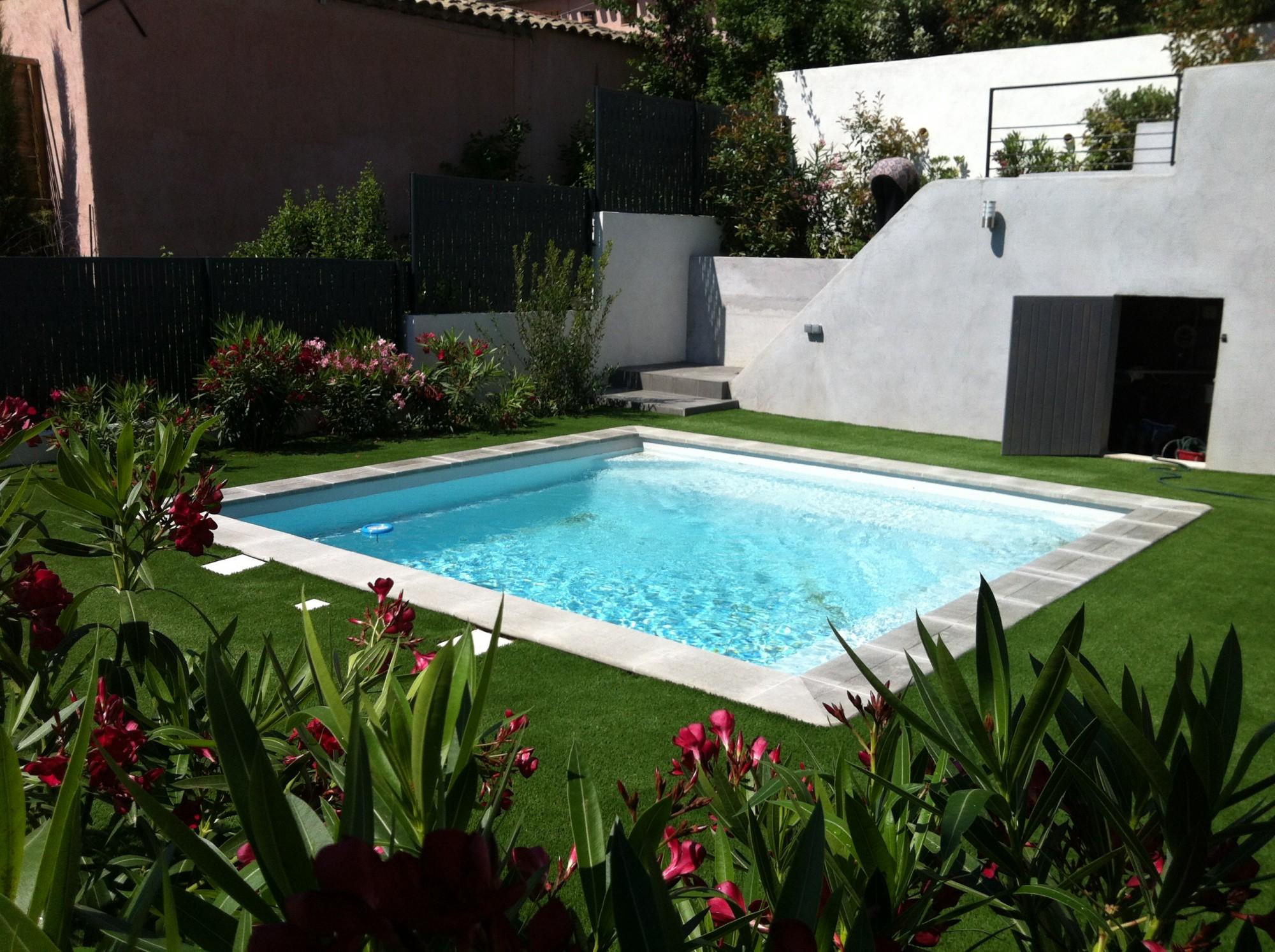 Pose de gazon synthétique pour piscine à Aix en Provence