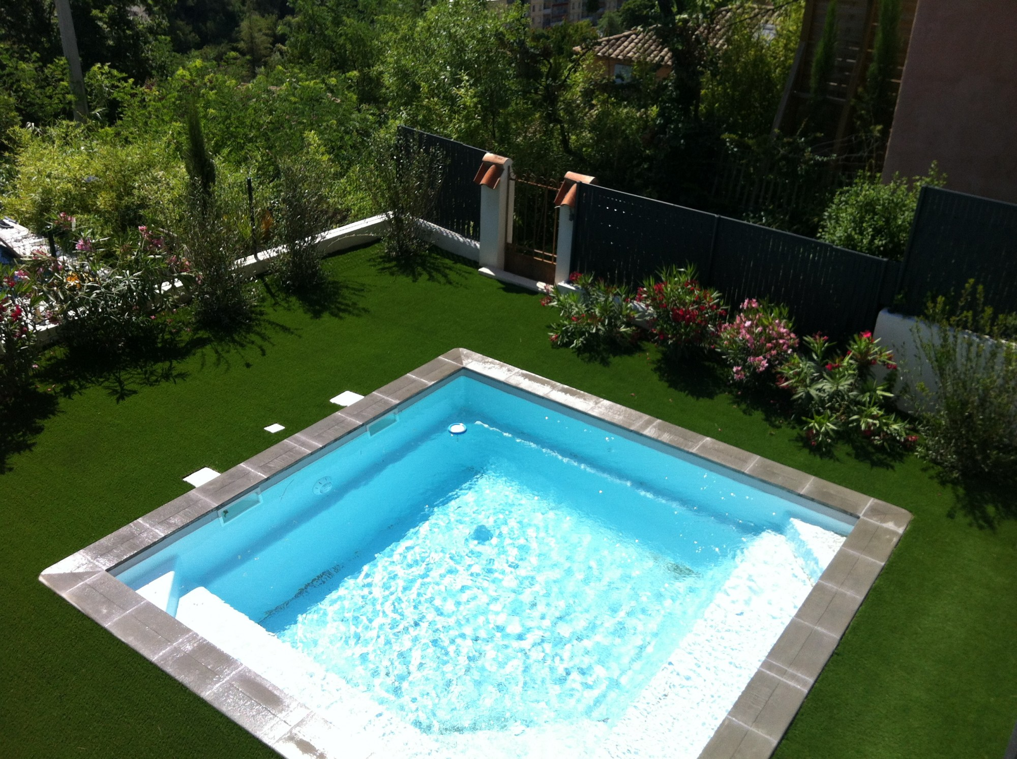 Pose gazon synthetique autour piscine gazon et pelouse for Idee tour de piscine