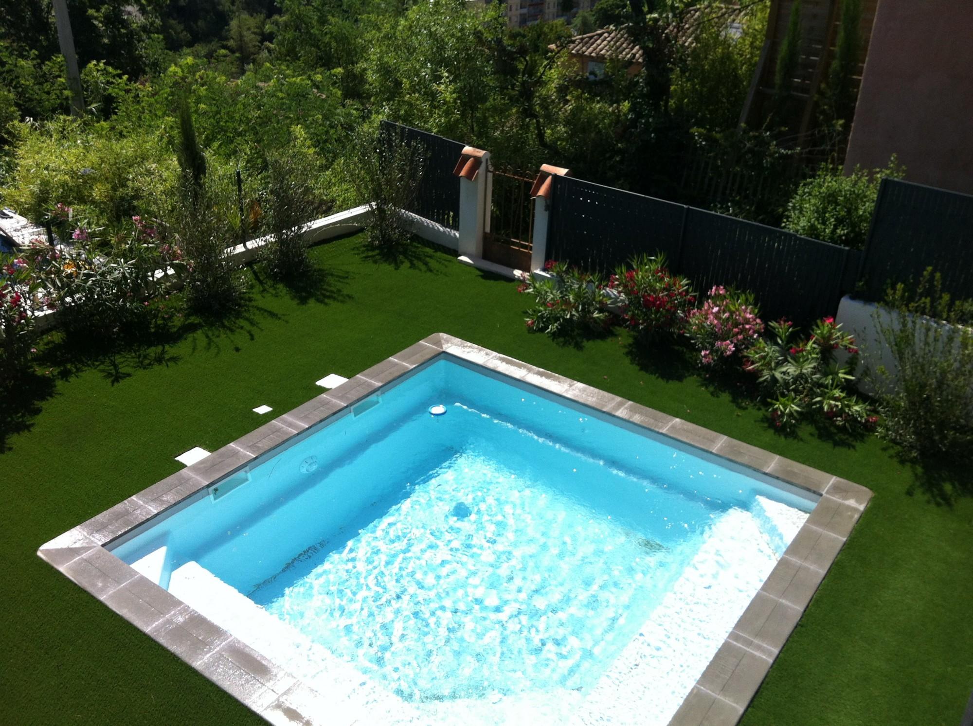 Pose de gazon artificiel pour jardin nice dans les alpes maritimes la pose - Poser une pelouse synthetique ...