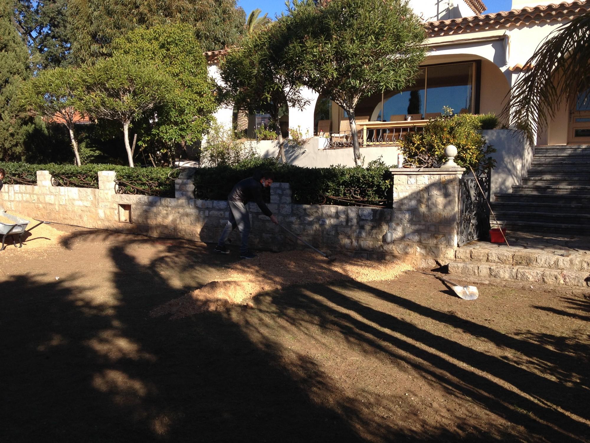 préparer son sol pour la pose de gazon synthétique