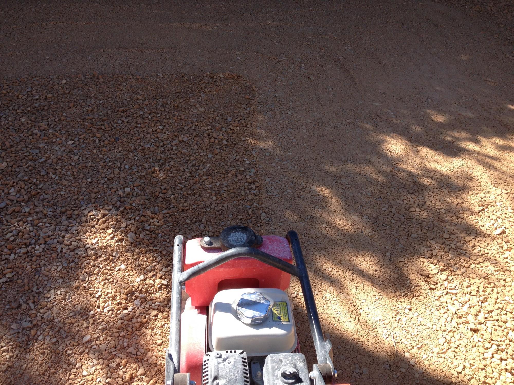 compactage du sol gazon synthtétique