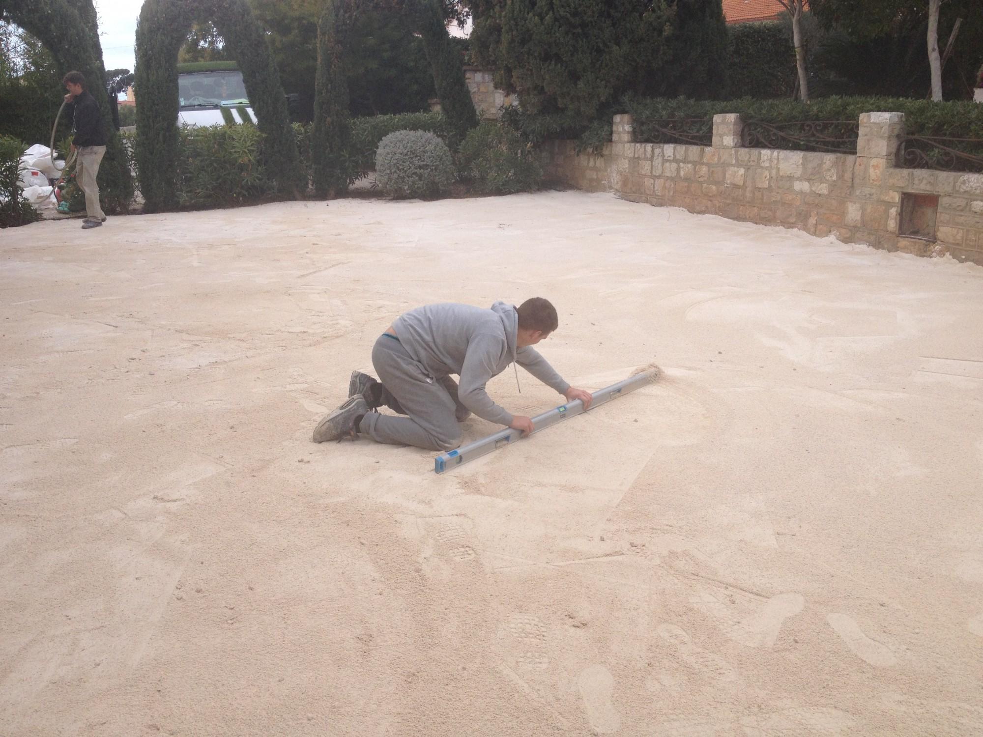 préparation de sol gazon synthétique