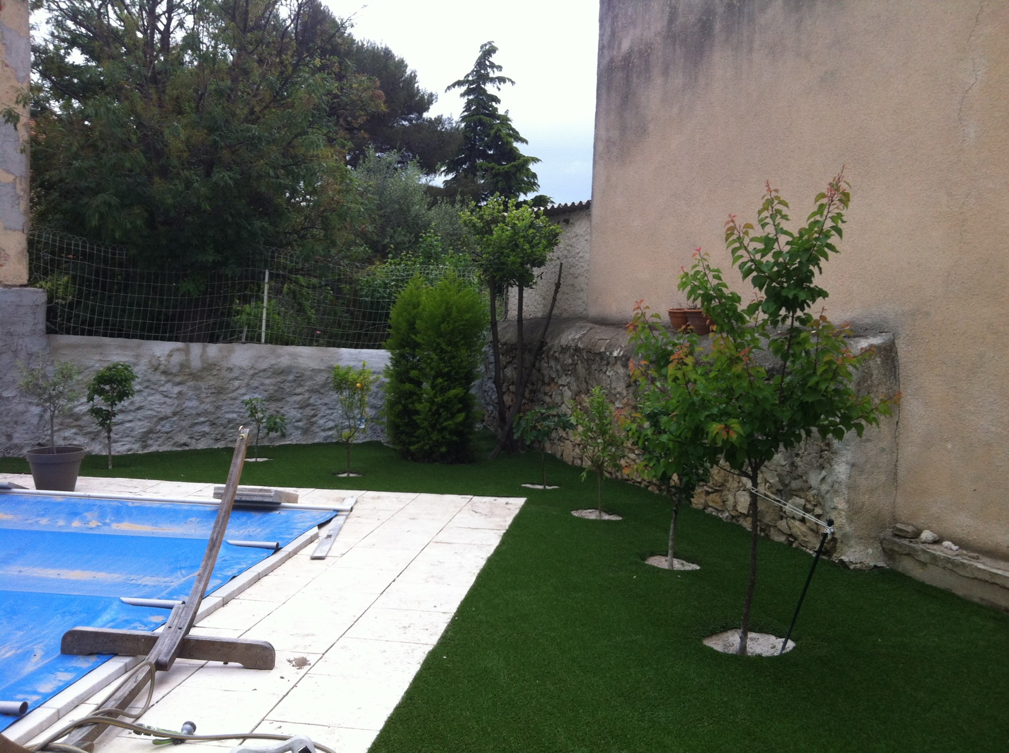 Installation d 39 un gazon synth tique pr s d 39 une piscine for Piscine et jardin marseille 2017