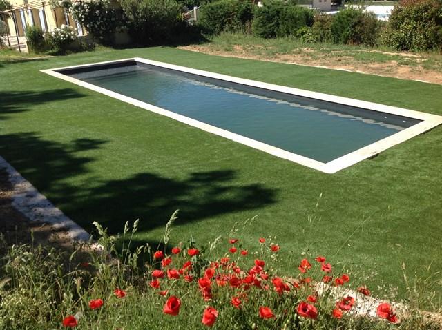gazon synthétique autour d'une piscine à Marseille