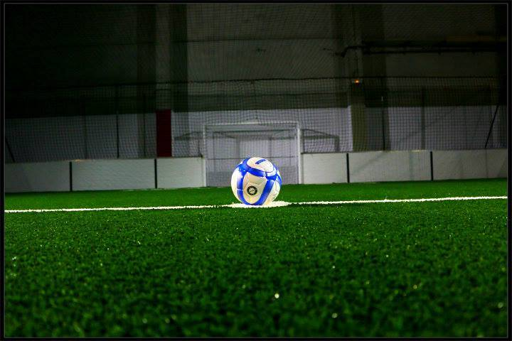Pose de gazon synthétique sans remplissage sur un complexe de foot indoor à Barcelone
