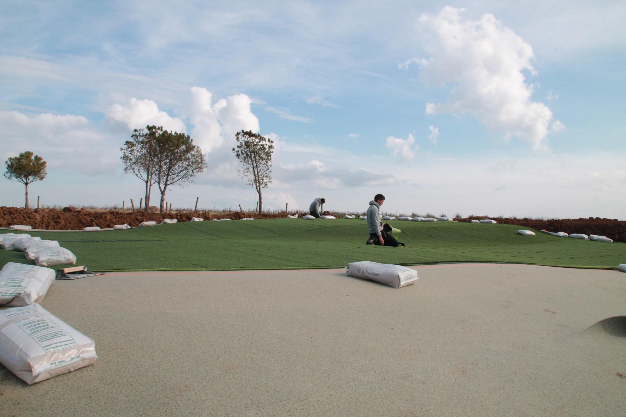 mise en place du gazon synth tique pour un green de golf. Black Bedroom Furniture Sets. Home Design Ideas