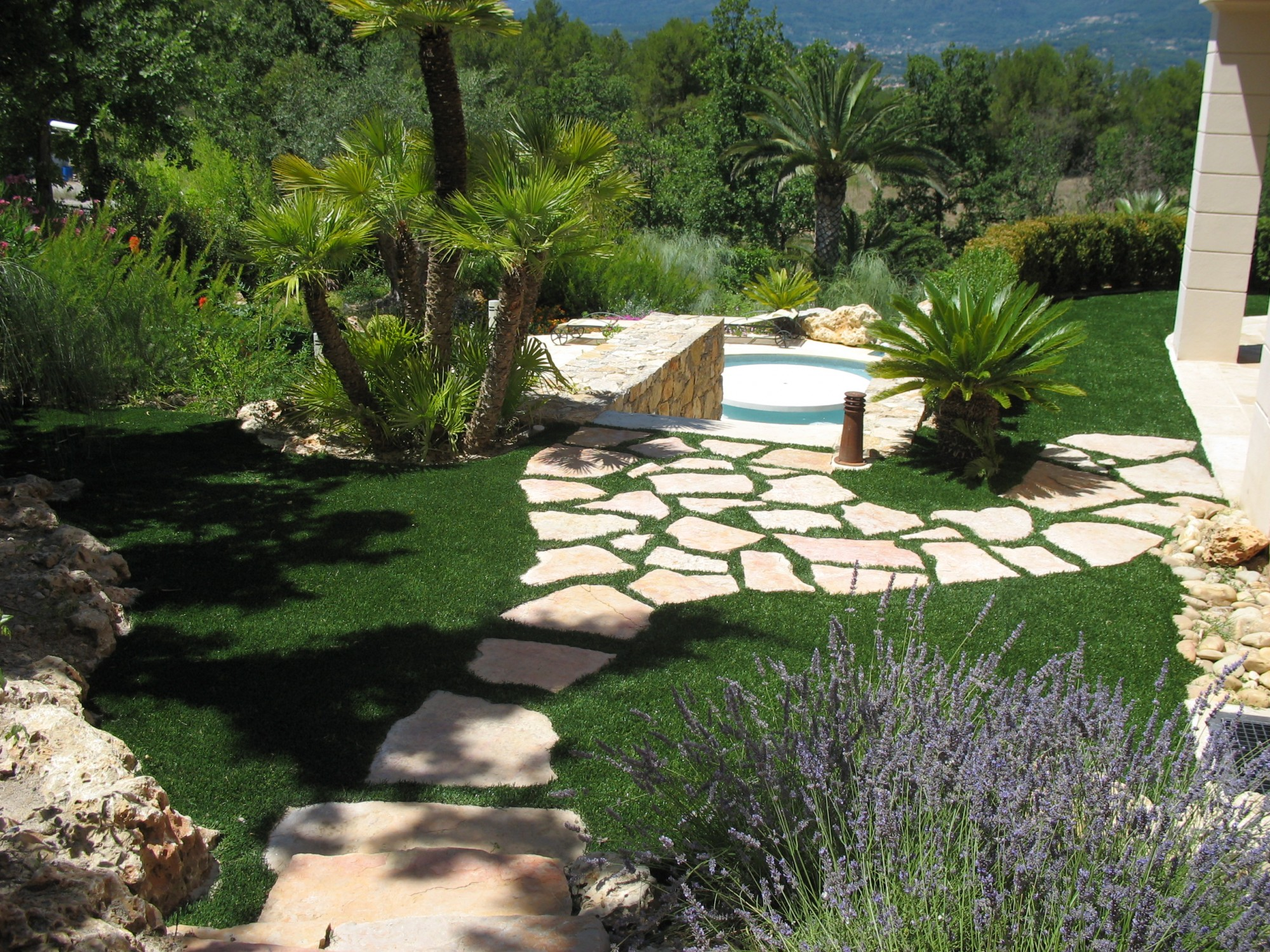 Am nagement d 39 un jardin synth tique saint tropez la pose for Agencement terrasse jardin
