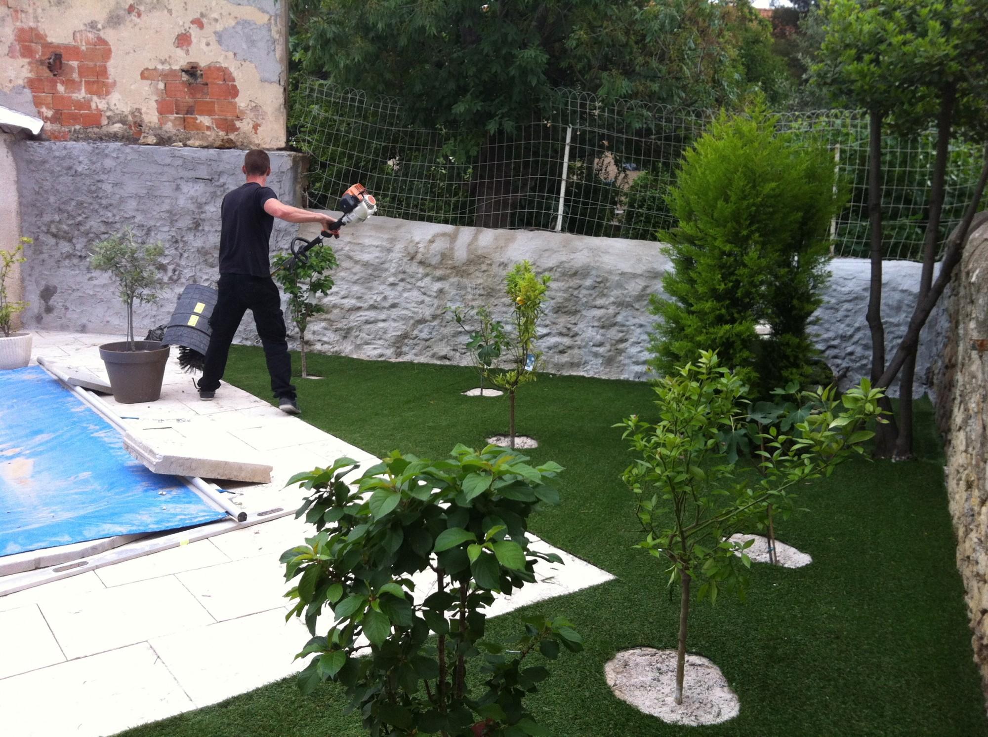 installation d'un gazon synthétique près d'une piscine à marseille