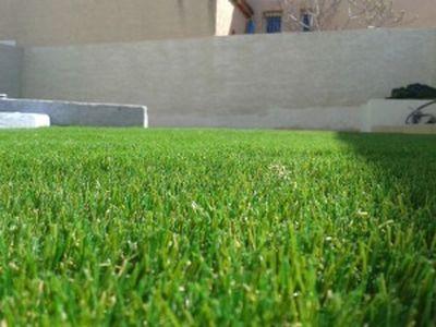 pose de gazon artificiel à Montpellier dans un jardin