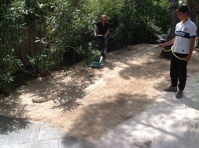 installation d 39 un gazon synth tique grimaud pr s de saint tropez dans un jardin la pose gazon. Black Bedroom Furniture Sets. Home Design Ideas