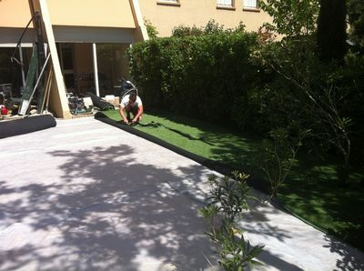pose du gazon synthetique la pose gazon synth tique gazon et pelouse synth tiques marseille. Black Bedroom Furniture Sets. Home Design Ideas