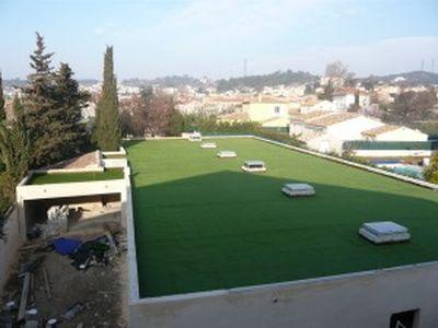 Installation d 39 une pelouse artificielle marseille sur une toiture de garage gazon et pelouse for Pelouse artificielle pas cher